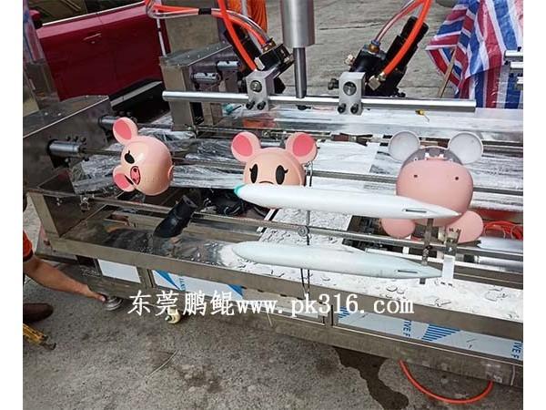 东莞自动喷涂玩具上色机器,同时喷多个工件!